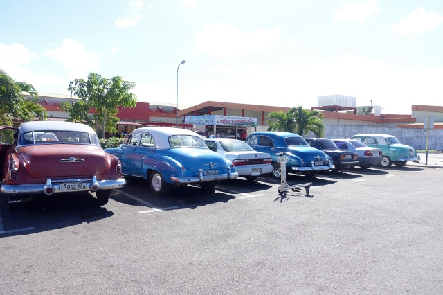 Varadero Airport parking lot - first glimpse of old cars😃